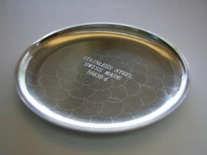 Lasermarkierung von einem Muster und Text auf der inneren Seite einer Taschenuhr