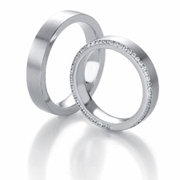 Moderne Eheringe, die Sie personalisieren können! Eheringe nach Mass... Aus weissem Gold mit Diamanten an der Seite