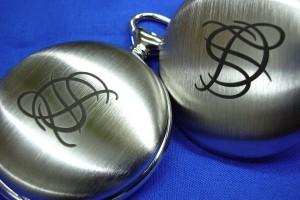 Gravur eines Logos auf einer mordenen Taschenuhr