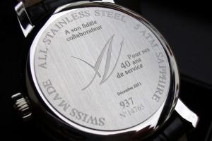 Lasergravur auf dem hinteren Teil einer Uhr