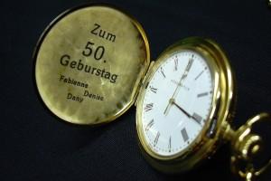 Gravieren in einer alten Taschenuhr zu einem Geburtstag