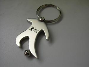 Gravure laser d'un logo sur un porte-clés original footballeur. Article publicitaire idéal!
