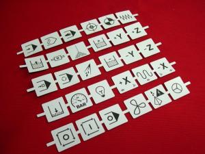 Découpe laser pour table de montage. Gravure de logo variés sur matière très fine.