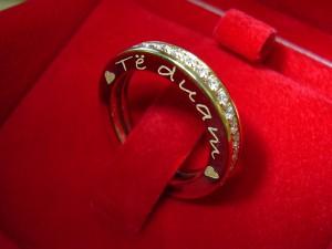 Gravure laser sur le côté d'un mémoire (bague en or avec diamants)