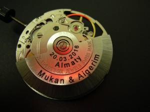 Marquage Laser d'une dédicace à l'intérieure d'une montre, sur le balancier et le mouvement.