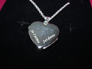 Gravure sur un collier en forme de cœur (argent).