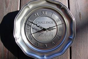 Assiette horloge en étain, challenge offert par un magasin, gravé avec le logo.