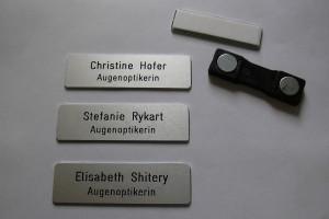 Badges en aluminium avec aimant avec prénom et fonction des employés.