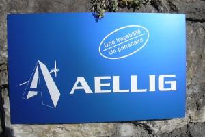 Panneau avec logo à l'entrée d'un bâtiment.