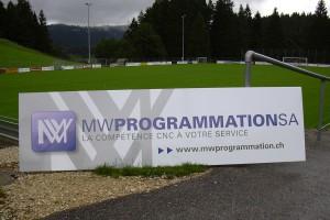 Panneau publicitaire d'une entreprise pour un terrain de football.