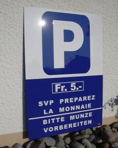 Panneau parking avec prix du parking.