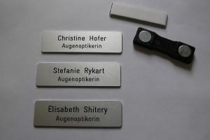 Gravure sur des badge des noms et fonction d'employés.