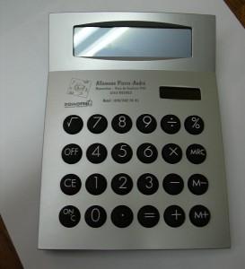 Calculatrices avec logo marqué au laser.