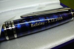 Détail du marquage sur une stylo avec logo.