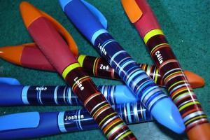 Gravure sur des stylos/plumes en plastique.