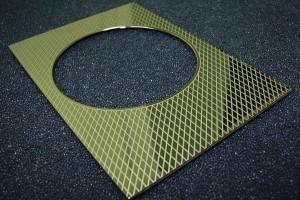 Marquage au laser d'un motif de décoration sur une pièce en laiton.