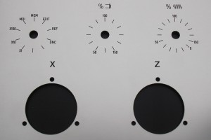 Marquage au lser sur un fond gris de graduations pour interrupteurs.