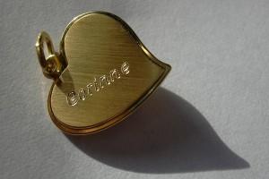 Prénom gravé sur un pendentif en or.
