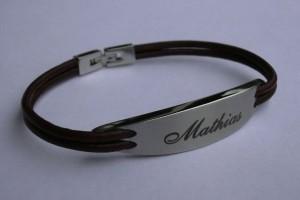 Prénom gravé au laser sur un bracelet métal et cuir.
