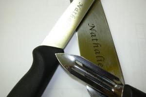 Gravure sur des couteaux ou éplucheurs et autres ustensiles pour cuisiniers