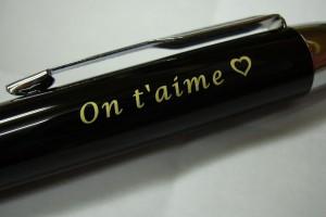 Marquage laser sur un stylo d'un texte personnalisé.