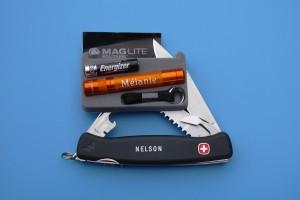 Gravure de prénoms sur une petite lampe de poche et sur un couteau suisse.