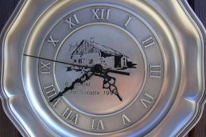 Gravure sur assiette avec horloge intégrée.