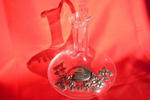 Gravure sur la partie en étain d'un vase en verre pour servir le vin.
