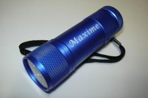 Marquage laser sur une lampe de proche bleu d'un prénom.