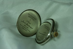 Gravure laser à l'intérieur d'une montre de poche ancienne, pour 20 ans de collaboration.