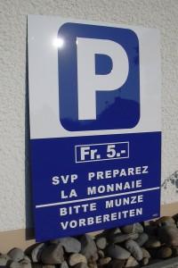 """Panneau de signalisation de parking avec indication de paiement. """"SVP Préparez la monnaie"""""""