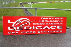 Panneau de signalisation pour terrain de football du logo d'une société.