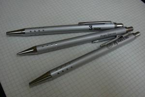 Marquage laser sur des stylos et des portes-mines (crayons) en métal.