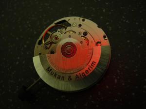 Marquage laser sur le mouvement d'une montre automatique suisse.