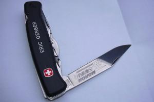 Couteau suisse Wenger gravé sur le côté et marqué au laser sur la lame.
