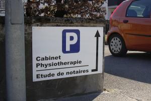 Panneau parking avec indications.