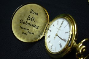 Gravure sur une montre de poche pour un anniversaire.