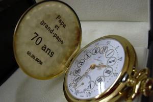 Dédicace gravée à l'intérieur d'une montre de poche.