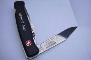 Couteau avec marquage laser sur la lame et gravure sur la tranche.