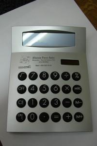 Marquage Laser sur une calculatrice avec logo et texte.