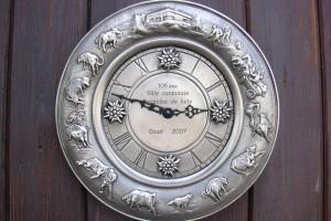 Assiette horloge en étain gravée avec texte personnalisé.