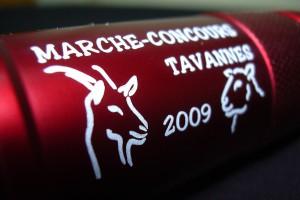Marquage laser sur une lampe de proche rouge d'un logo avec texte.