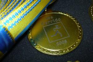 Gravure au laser sur la médaille d'or pour une course à pied (Corrida).