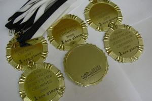 Gravure sur des médailles d'or pour un décathlon.